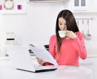 Mulher de negócio que trabalha em casa imagens de stock