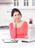 Mulher de negócio que trabalha em casa imagem de stock royalty free