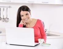 Mulher de negócio que trabalha em casa fotografia de stock royalty free