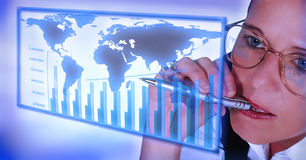 Mulher de negócio que trabalha em estatísticas Foto de Stock Royalty Free