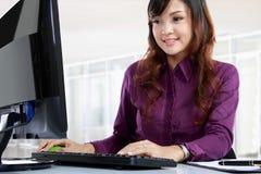 Mulher de negócio que trabalha em sua mesa Foto de Stock