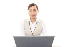Mulher de negócio que trabalha em um portátil Imagens de Stock Royalty Free
