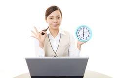 Mulher de negócio que trabalha em um portátil Imagem de Stock Royalty Free