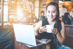 Mulher de negócio que trabalha em uma cafetaria com um computador imagem de stock royalty free