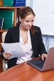 Mulher de negócio que trabalha no escritório Imagens de Stock