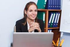 Mulher de negócio que trabalha no escritório Fotografia de Stock