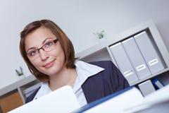 Mulher de negócio que trabalha no escritório Imagens de Stock Royalty Free
