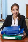 Mulher de negócio que trabalha no escritório com dobradores Foto de Stock Royalty Free