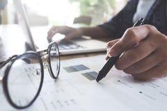 Mulher de negócio que trabalha no escritório original e usin da análise imagens de stock royalty free