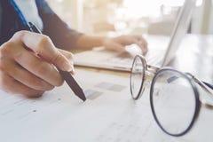 Mulher de negócio que trabalha no escritório original e usin da análise Imagem de Stock