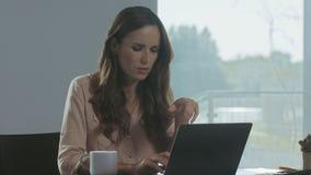 Mulher de negócio que trabalha no laptop Retrato do close up da senhora concentrada vídeos de arquivo