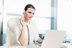 Mulher de negócio que trabalha no portátil Imagem de Stock Royalty Free