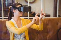 Mulher de negócio que usa os vidros 3D Imagem de Stock