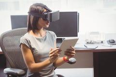 Mulher de negócio que usa os vidros 3D Foto de Stock Royalty Free