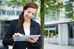 Mulher de negócio que usa a tabuleta Fotos de Stock Royalty Free