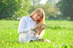 Mulher de negócio que usa a tabuleta ao ar livre Fotos de Stock Royalty Free