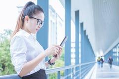 Mulher de negócio que usa a tabuleta do trabalho Reuniões as atividades comerciais na promoção Crie junto um mutuamente benéfico foto de stock royalty free