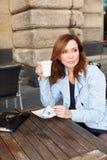 Mulher de negócio que usa a tabuleta na pausa para o almoço. Imagens de Stock Royalty Free