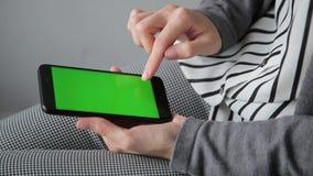 Mulher de negócio que usa um close-up esperto da CHAVE do CROMA do écran sensível do telefone vídeos de arquivo