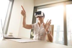 Mulher de negócio que veste vidros da realidade virtual Fotos de Stock Royalty Free