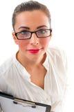 A mulher de negócio que veste vidros guarda a prancheta Imagem de Stock