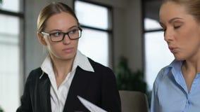 Mulher de negócio restrita que discute o colega fêmea, esforço do fim do prazo, erro do trabalho filme