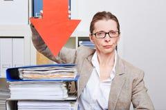 Mulher de negócio séria com seta Foto de Stock Royalty Free