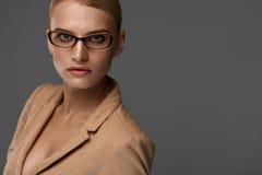 Mulher de negócio segura bonita no retrato dos vidros da forma Fotografia de Stock Royalty Free