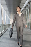 Mulher de negócio segura que guarda a pasta e o passeio Imagens de Stock