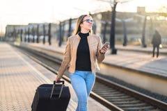 Mulher de negócio segura que puxa a mala de viagem imagem de stock royalty free