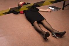 Mulher de negócio sem-vida que encontra-se no assoalho Fotografia de Stock Royalty Free