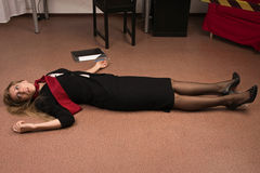 Mulher de negócio sem-vida que encontra-se no assoalho fotos de stock royalty free
