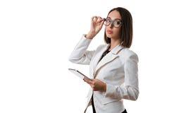 Mulher de negócio 'sexy' com vidros com a tabuleta em um fundo branco Imagens de Stock Royalty Free