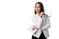 Mulher de negócio 'sexy' com vidros com a tabuleta em um fundo branco Fotos de Stock Royalty Free