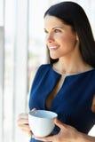 A mulher de negócio tem a ruptura de café no escritório Ilustração do JPG + do vetor Imagem de Stock