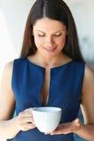 A mulher de negócio tem a ruptura de café no escritório Ilustração do JPG + do vetor Fotos de Stock