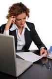 Mulher de negócio trabalhadora em sua mesa Imagens de Stock Royalty Free