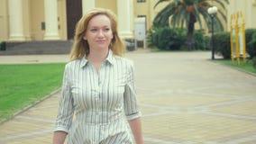 A mulher de negócio vai a uma cidade com uma pasta, movimento lento, 4k video estoque