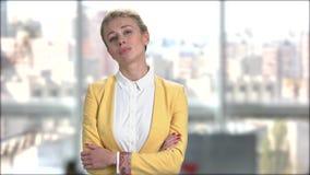 Mulher de negócio virada com os braços cruzados video estoque