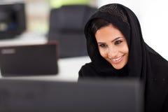 Mulher de negócios árabe bonita fotografia de stock royalty free
