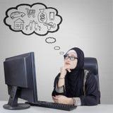 Mulher de negócios árabe que pensa seu sonho Fotografia de Stock Royalty Free