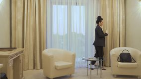 A mulher de negócios é nervosa e fala no telefone vídeos de arquivo