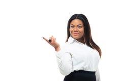 Mulher de negócios afro-americana que aponta o dedo afastado Fotografia de Stock