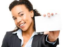 Mulher de negócios afro-americano bonita que mantem o cartaz isolado  foto de stock royalty free