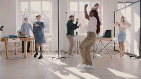 Mulher de negócios afro-americano nova feliz que faz a dança louca do vencedor do divertimento, comemorando o sucesso com movim video estoque