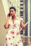 Mulher de negócios afro-americano nova que trabalha em New York foto de stock