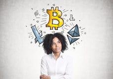 Mulher de negócios afro-americano pensativa, bitcoin fotografia de stock