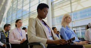 Mulher de negócios afro-americano que atende a um seminário 4k do negócio filme