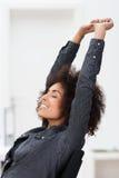 Mulher de negócios afro-americano que relaxa no trabalho imagem de stock royalty free
