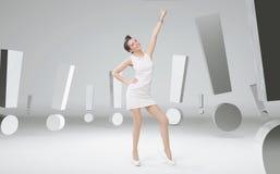 Mulher de negócios alegre entre marcas de exclamação Fotografia de Stock Royalty Free